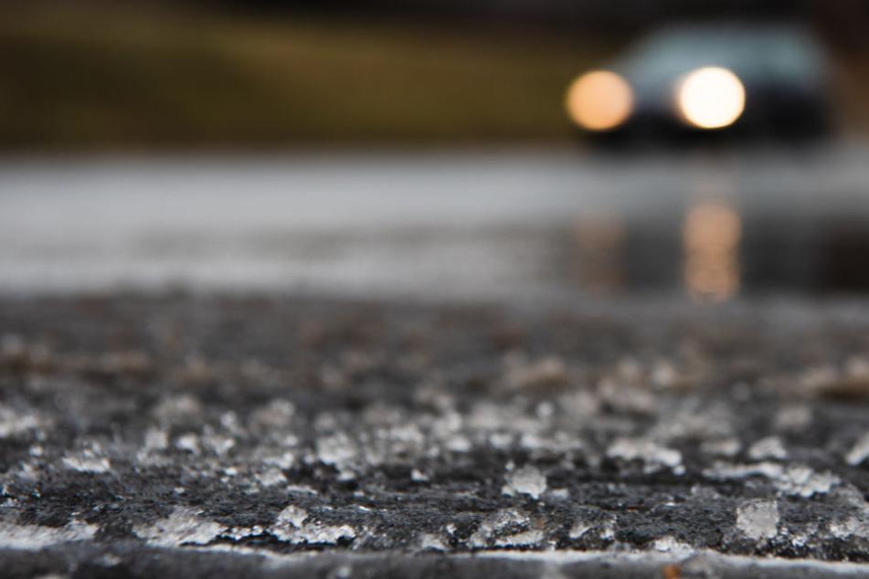 Der Deutsche Wetterdienst warnt vor plötzlich auftretendem Glatteis. (Symbolbild)