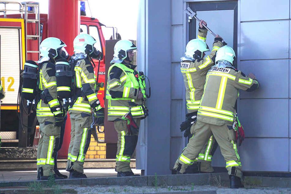 Schnell eilte die Feuerwehr zur Tankstelle. Für den aufmerksamen Melder (64) gab es allerdings Ärger.