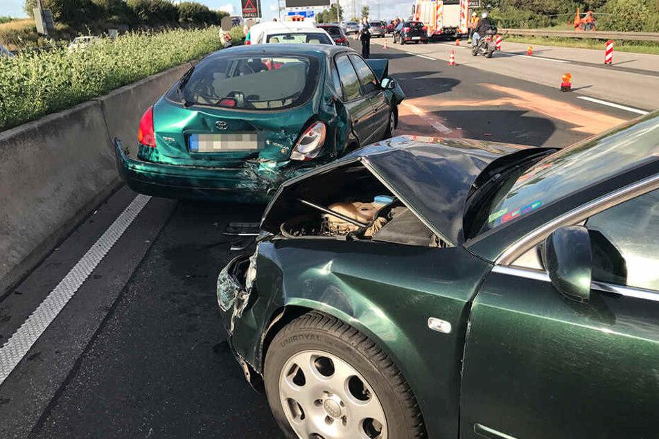 Mindestens vier Fahrer wurden bei dem Massenunfall verletzt.