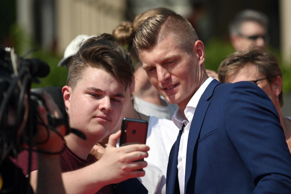 Ein Fan macht ein Selfie mit Toni Kroos.
