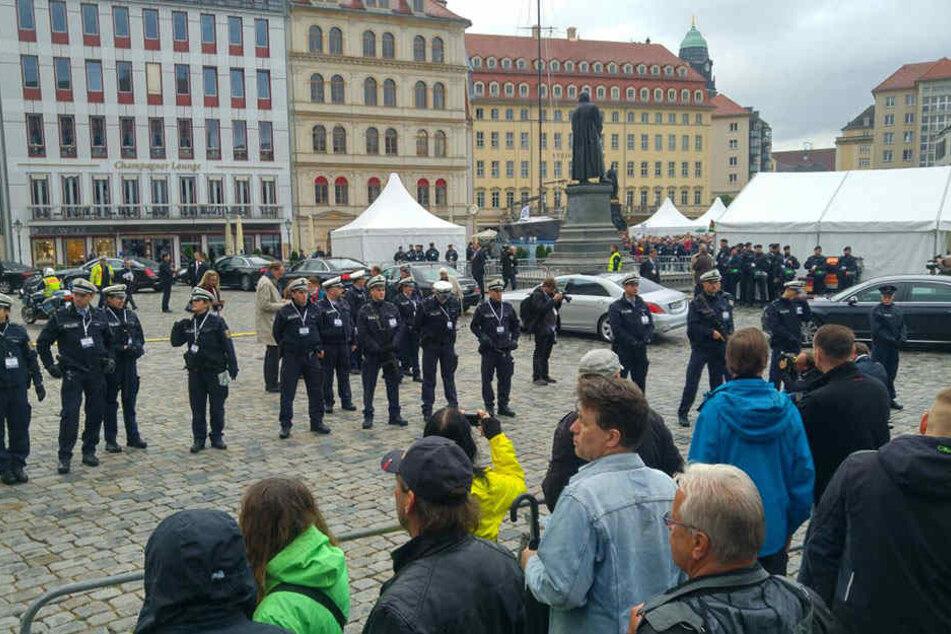 Vor der Dresdner Frauenkirche gab es am Vormittag Unmutsbekundungen.