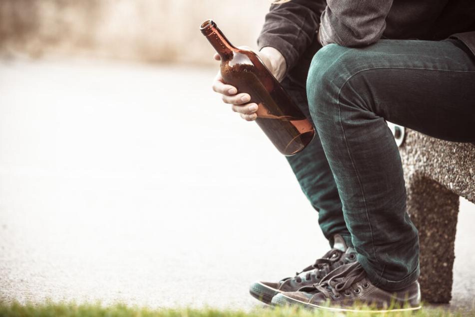 Der Mann wollte unbedingt an die Bierflasche kommen und griff zu brutalen Mitteln. (Symbolbild)