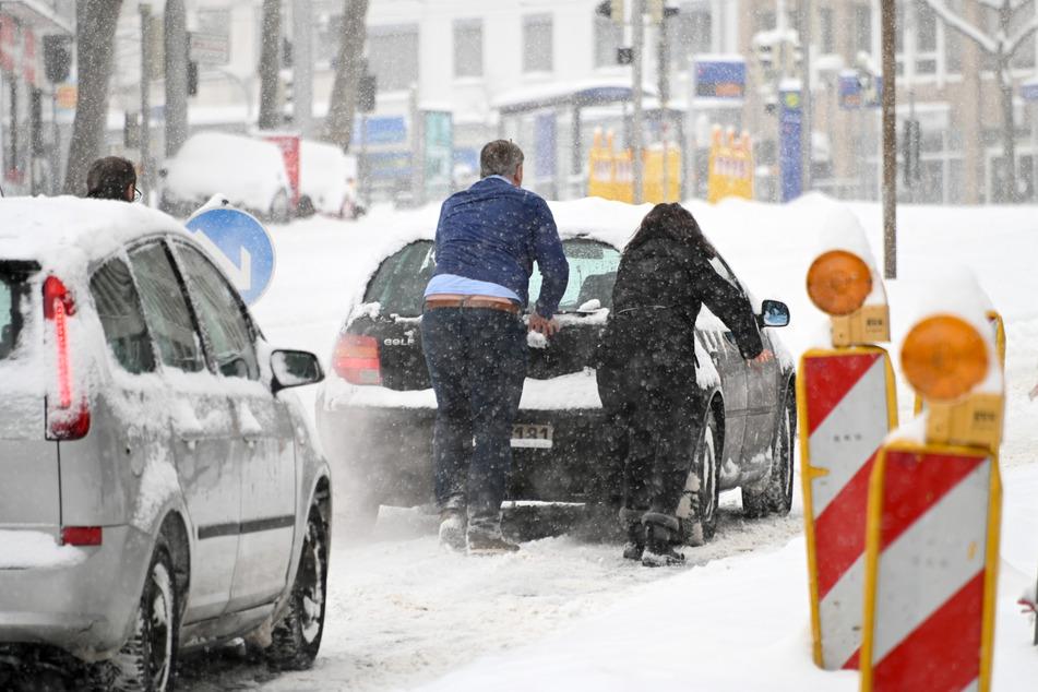 In Kassel blieb ein Auto liegen, es musste angeschoben werden.