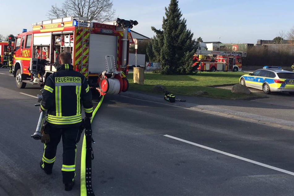 Die Straße wurde von der Feuerwehr komplett blockiert.