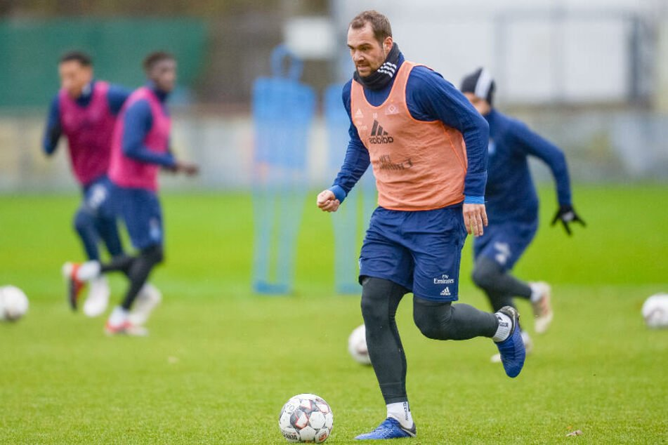 Pierre-Michel Lasogga dribbelt beim Training. (Archivbild)