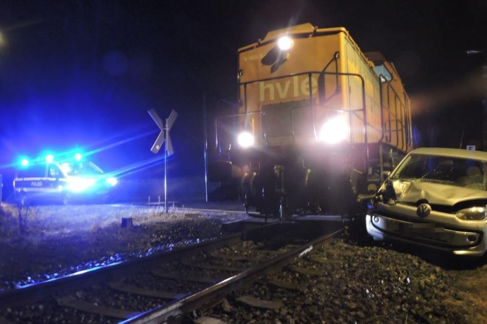 An einem unbeschrankten Bahnübergang ist der silberne VW Up mit der Güterlok zusammengestoßen.