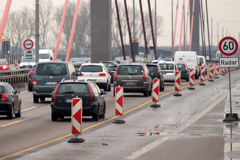 Stau auf der A1 an der Leverkusener Brücke.