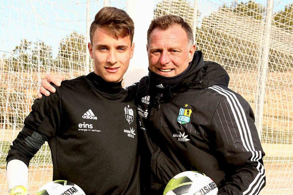 Der Vater mit dem Sohne! Holger Hiemann R.) hat als Torwarttrainer des CFC auch Filius Lucas unter seinen Fittichen.