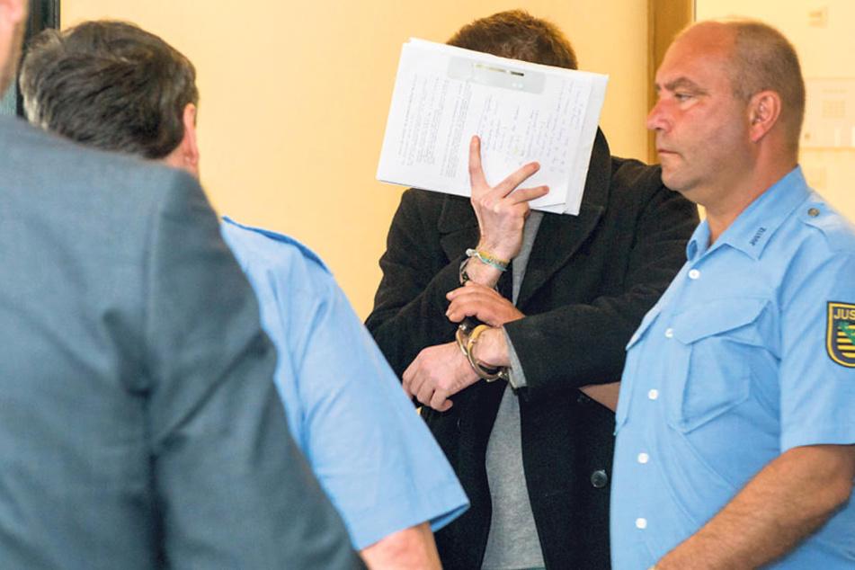Tibor S. (27) wurde aus der U-Haft in den Gerichtssaal gebracht.