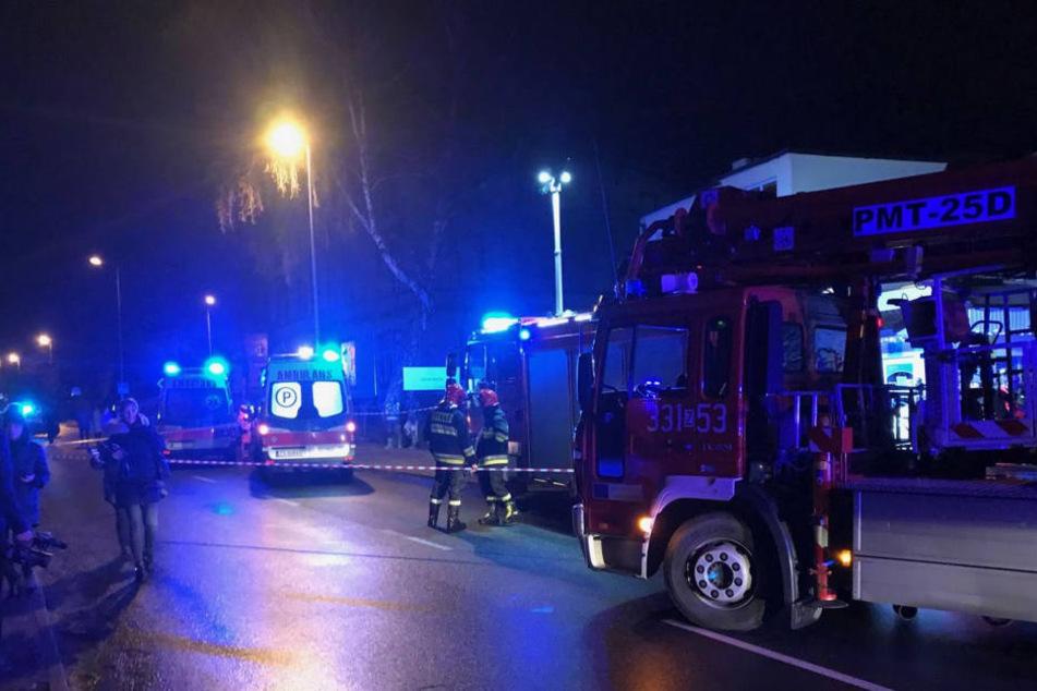 """Die Einsatzkräfte schilderten dramatische Szenen. """"Die Feuerwehrleute mussten spezielle Ausrüstung und viel Körperkraft aufwenden, um ins Innere zu gelangen."""""""