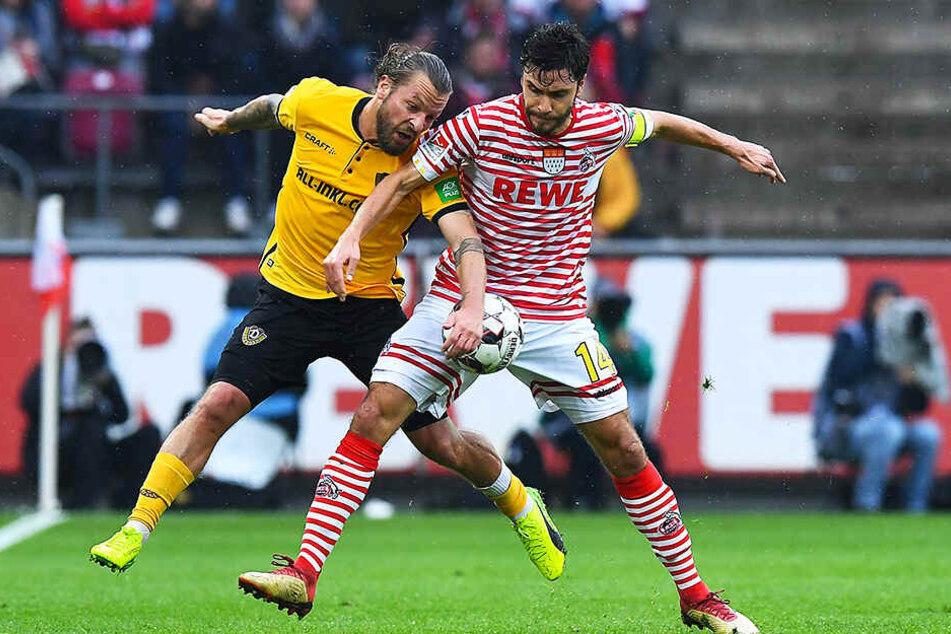 Dynamos Leader Patrick Ebert (l.) beim Hinspiel im Duell mit Kölns Kapitän Jonas Hector.