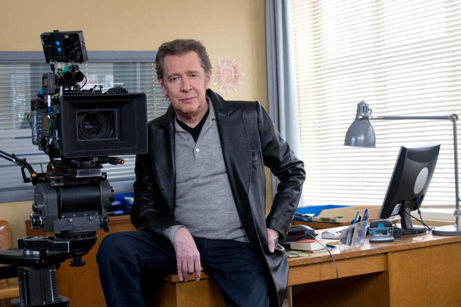 """Der Schauspieler Jan Fedder sitzt bei Dreharbeiten zur ARD-Serie """"Großstadtrevier"""" am Set."""