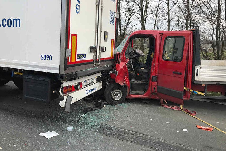 Der Motorblock des Pritschenwagen wurde durch den Aufprall stark eingedrückt.