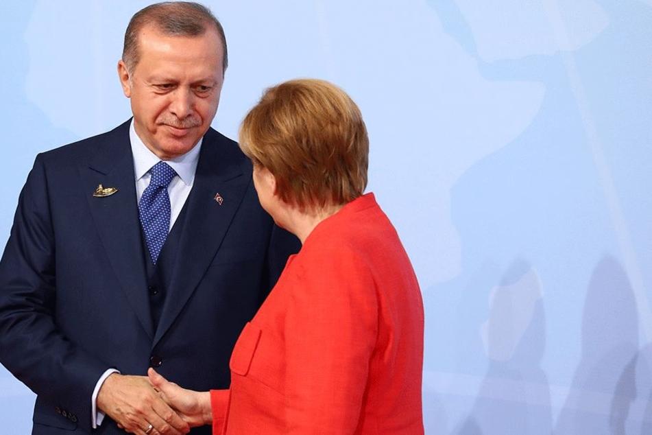 Reichten sich auch beim G20-Gipfel weiterhin die Hand: Kanzlerin Merkel (63, CDU) und Präsident Erdogan (63).
