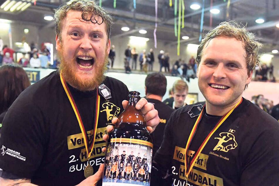 Die Aufsteiger Henning Quade (l.) und Rene Boese feiern nach dem Sieg gegen LVB mit Bier aus der HCE-Riesenpulle