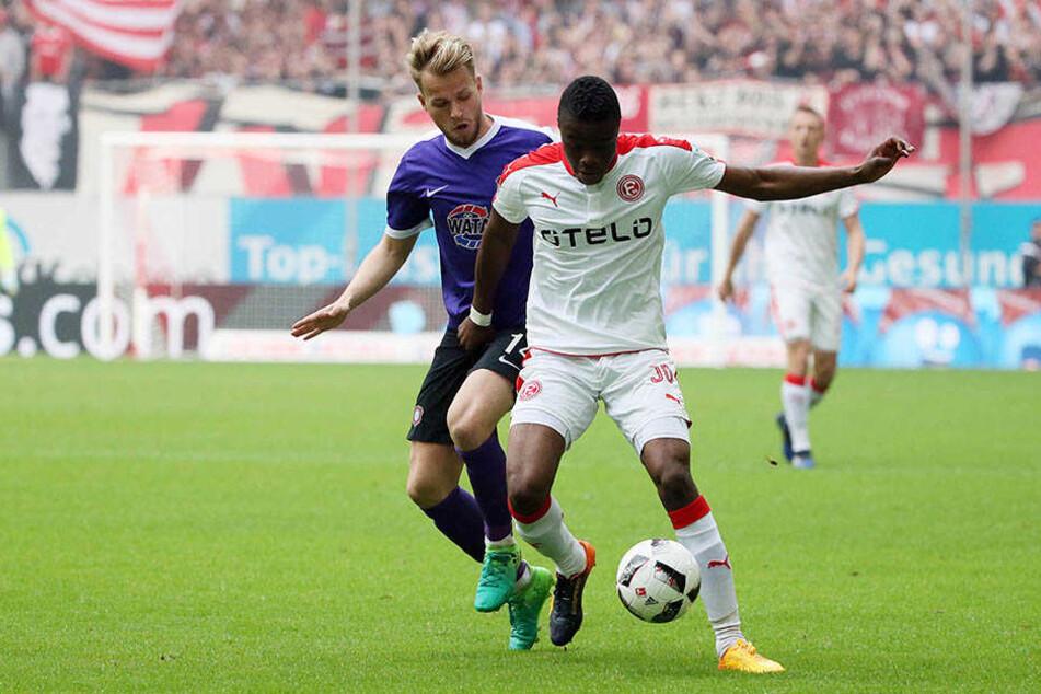 Pascal Köpke (l.) und Anderson Lucoqui kämpfen um den Ball. Am Ende konnten beide Mannschaften den Klassenerhalt feiern.