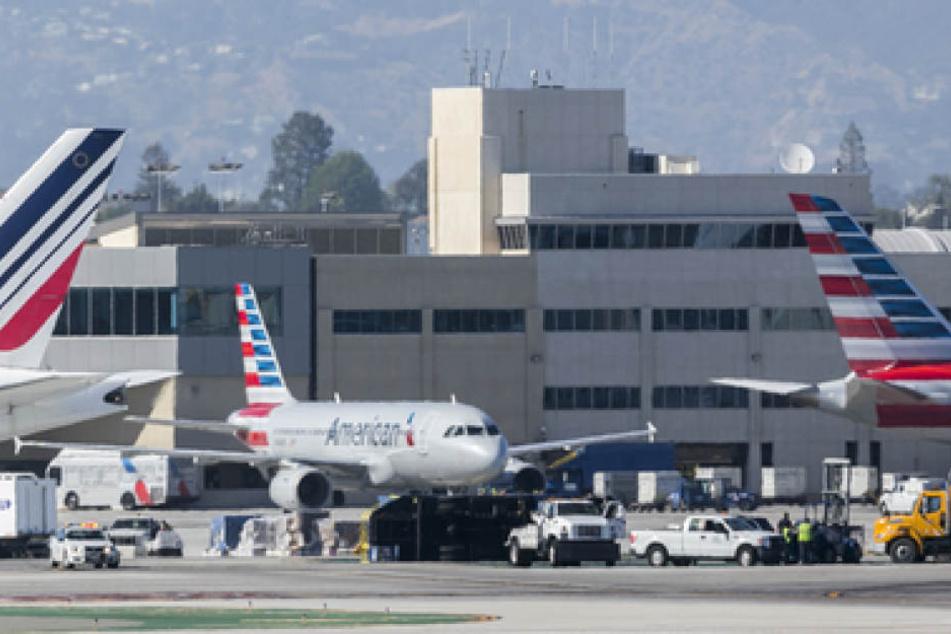 Einsatzkräfte betreuen die Verletzten am Flughafen in Los Angeles.