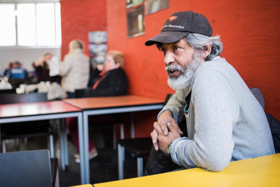 """Der obdachlose Janos aus Ungarn wärmt sich an den kalten Tagen im """"WESER5"""" Diakoniezentrum im Bahnhofsviertel auf."""