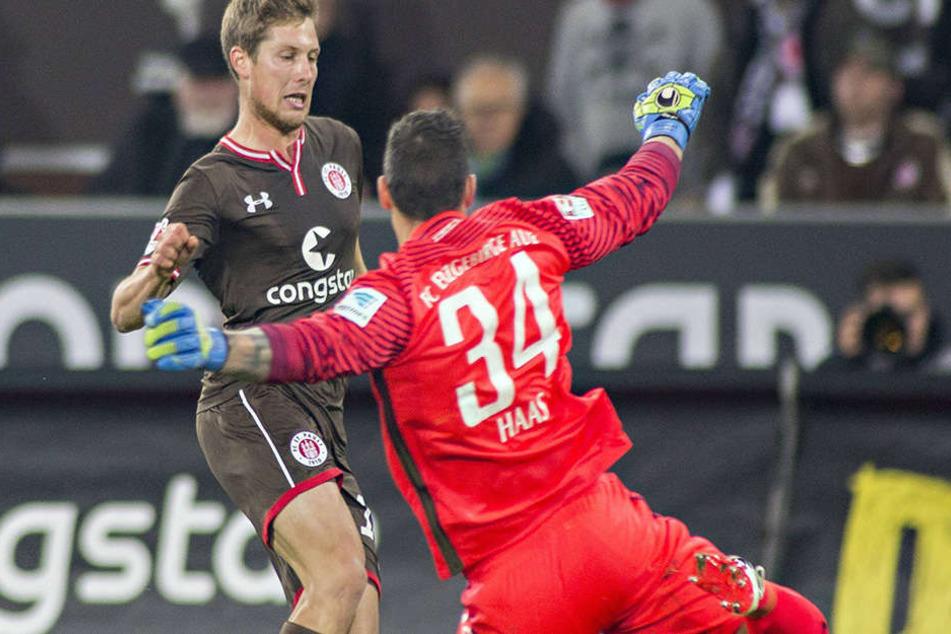 Starke Aktion: Daniel Haas (r.) wirft sich dem Hamburger Daniel Buballa entgegen.