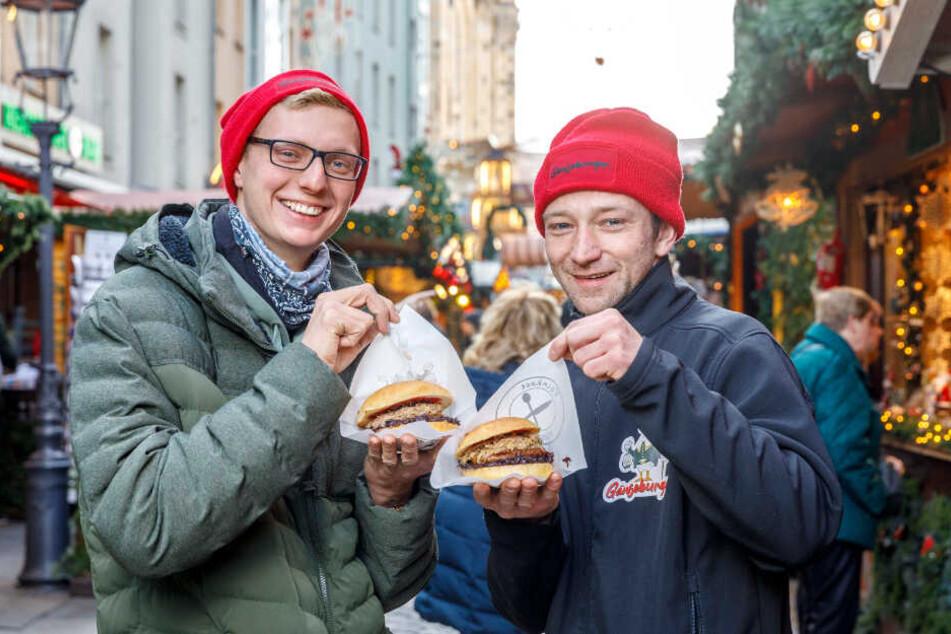 """Gleich beißen sie in ihren """"Gänseburger"""": Julian Lorenz (21, l.) und sein Mitarbeiter Christoph Poser (33) vor ihrer Hütte in der Münzgasse."""