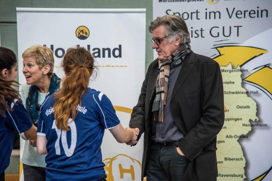 VfB Stuttgart Legende Helmut Rolender beantwortete den Schülern Fragen beim Benefizturnier in Leutenbach.