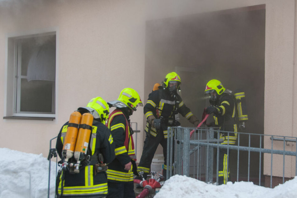 Als die Feuerwehr an der Schule eintraf, drang dichter Rauch aus dem Gebäude.