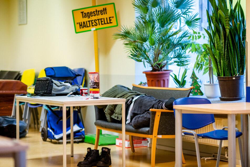 """In den Tagestreff """"Haltestelle"""" kommen Obdachlose, um sich vom kalten Winterwetter aufzuwärmen. Zurzeit dürfen nur acht Menschen gleichzeitig hinein."""