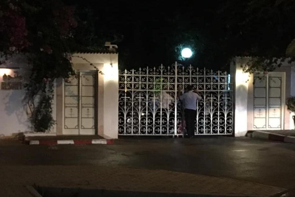 Die Tore des Les Oranges Beach Resorts sind verschlossen.