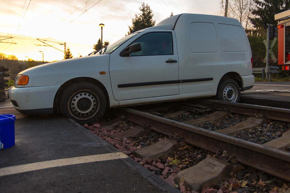 Der Caddy hatte sich festgefahren, weil an dem Übergang die Borde zwischen den Gleisen entfernt worden war.