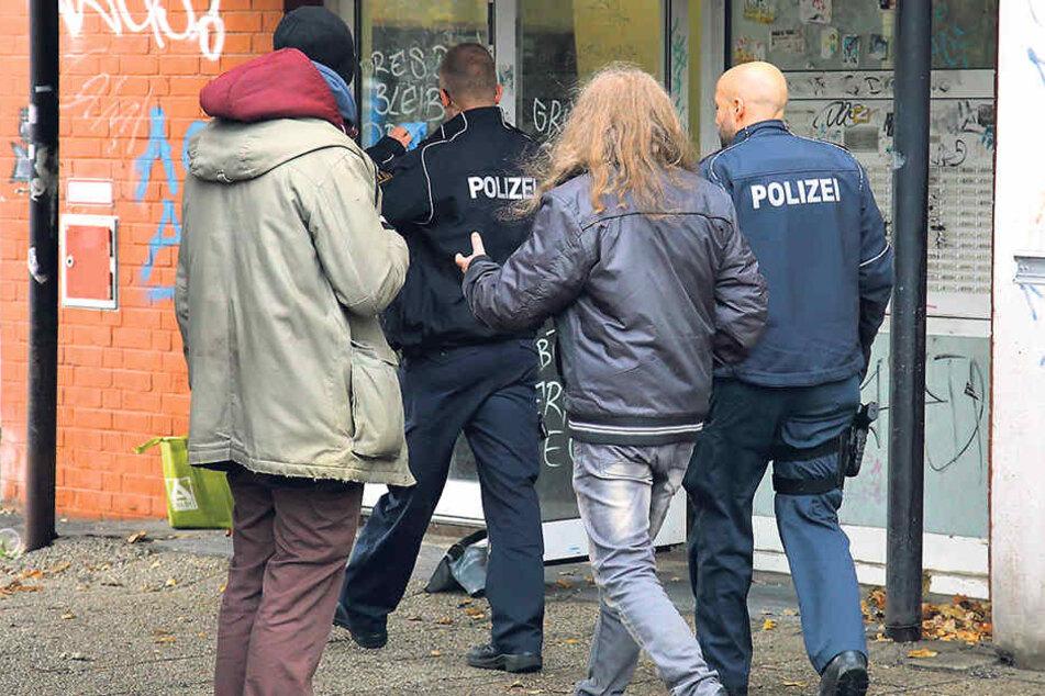 Wegen einer vermeintlichen Notlage eines Hausbewohners rückte während des Drehs plötzlich die echte Polizei an.