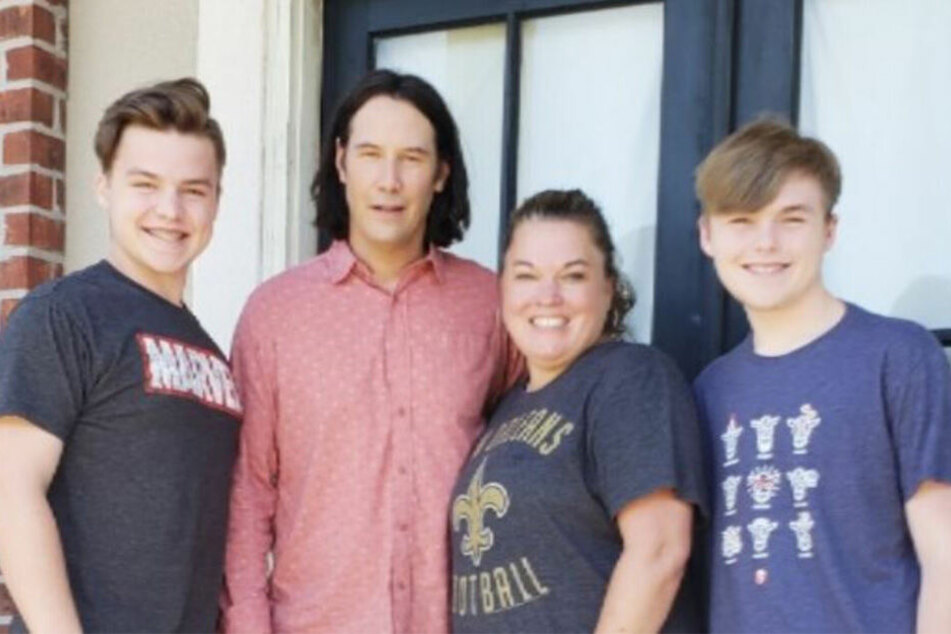 Stacey und ihre Söhne strahlen mit Keanu Reeves (54) um die Wette.