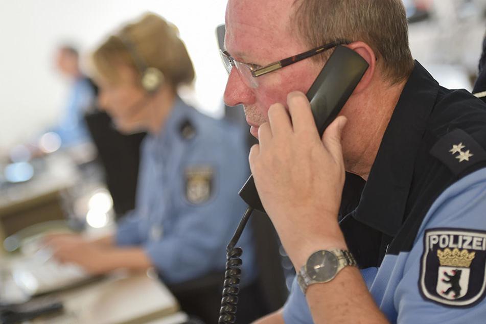 Mitarbeiter der Polizei sitzen in der Einsatzzentrale der Berliner Polizei. Hier werden sämtliche 110-Notrufe der Berlinerinnen und Berliner angenommen und alle Funkwagen der Stadt gesteuert.
