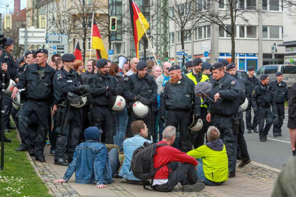 Am 2. April 2016 blockierten Demonstranten die Straße, um den Biegida-Aufmarsch zu stoppen.