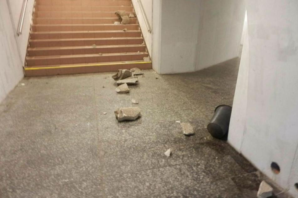 Die Täter warfen einen schweren Betonmülleimer die Treppe runter.