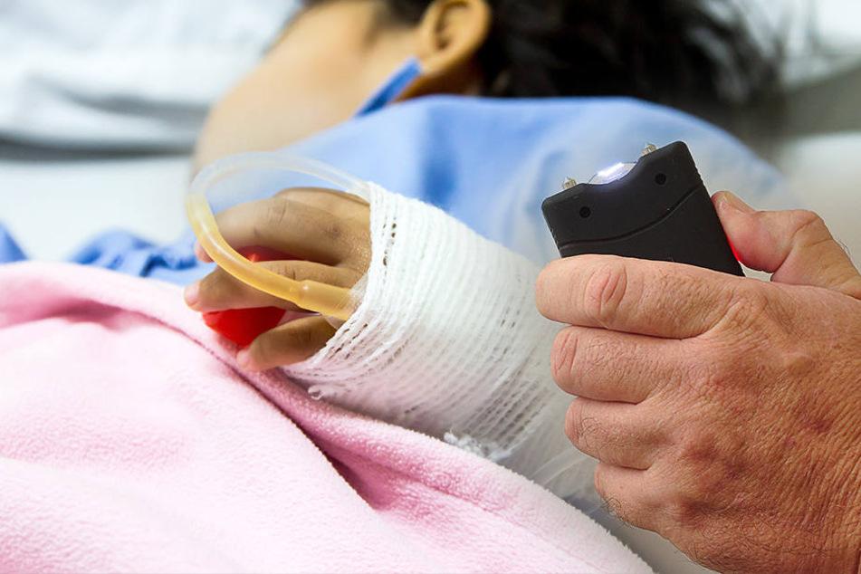 Das Mädchen musste im Krankenhaus behandelt werden, nachdem es mit einem Taser gequält wurde.