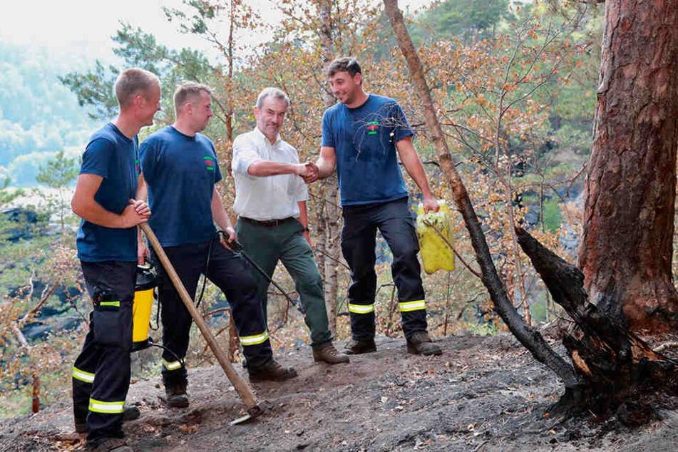 Nationalpark-Chef Dietrich Butter (64) bedankte sich am Donnnerstag bei der Feuerwehr für den schwierigen Einsatz.
