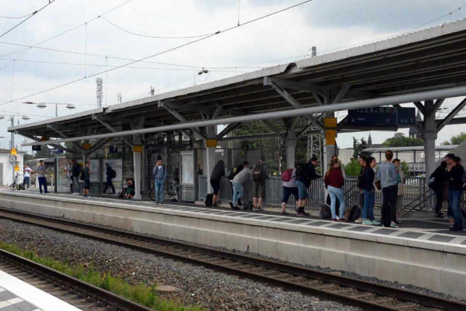 Fahrgäste stehen ratlos an den Gleisen.