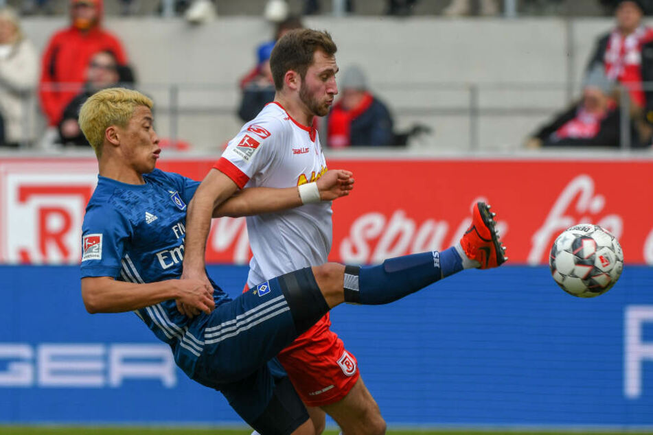 Hee-Chan Hwang kam gegen Jonas Föhrenbach nicht an den Ball.