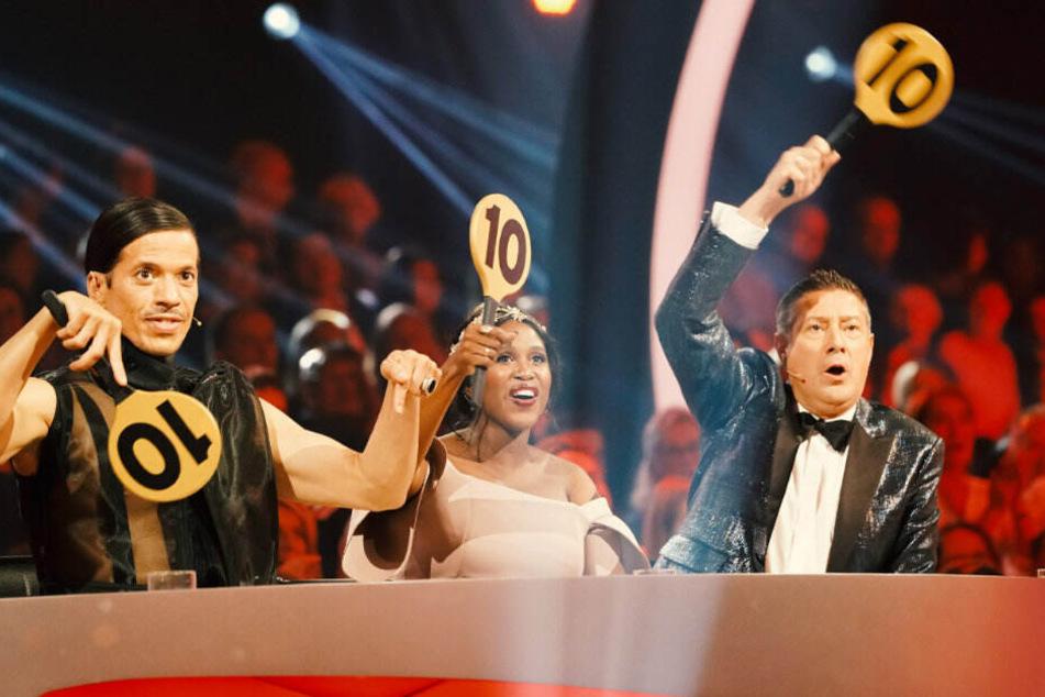 Die Jury ist vollzählig. Jorge, Motsi und Joachim werden wieder Punkte verteilen.