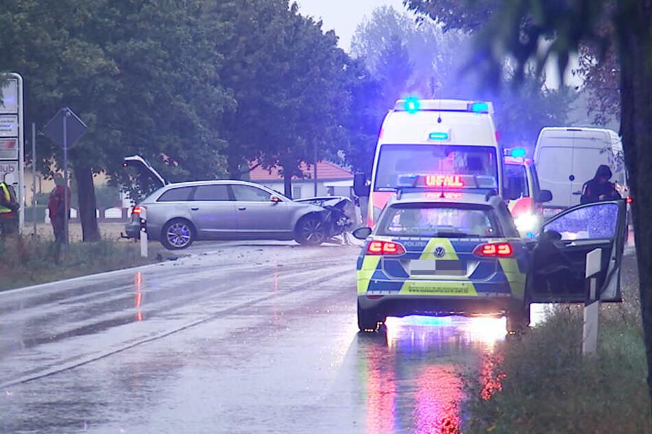 Audi und Ford krachen ineinander, Auto wird gegen Baum und Zaun geschleudert