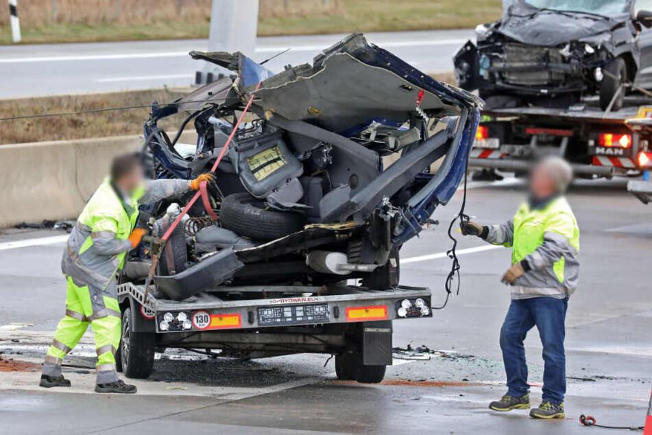 Auto mit Anhänger auf A4 verunglückt: Frau schwer verletzt, Hund tot