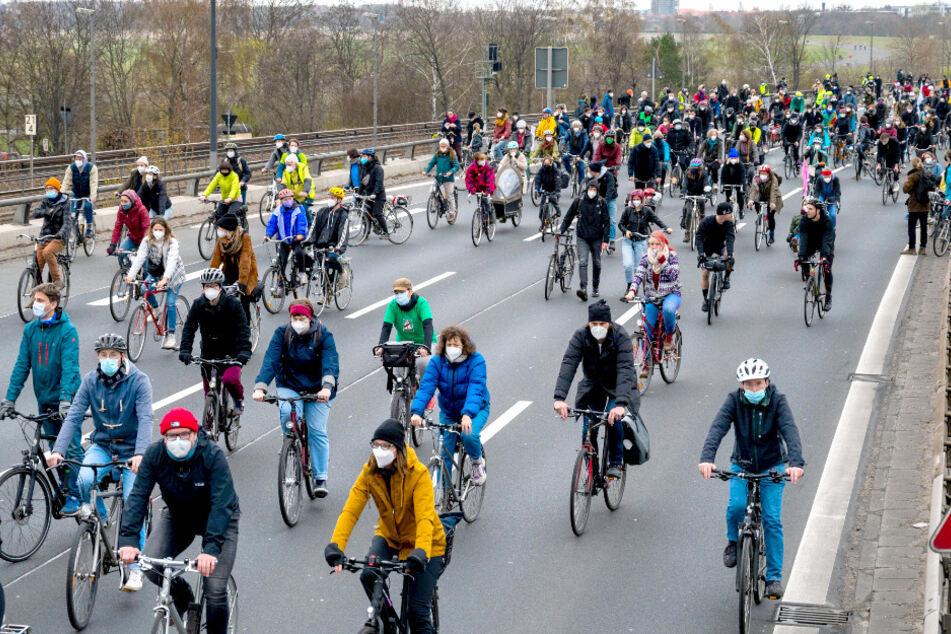 Berlin: Weit über 2000 Radfahrer protestieren auf Stadtautobahn gegen A100-Verlängerung!