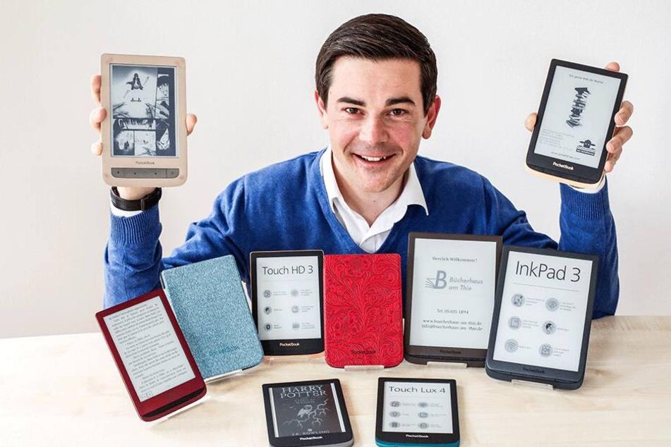 Geschäftsführer Enrico Müller (38) zeigt seine Pocketbooks.