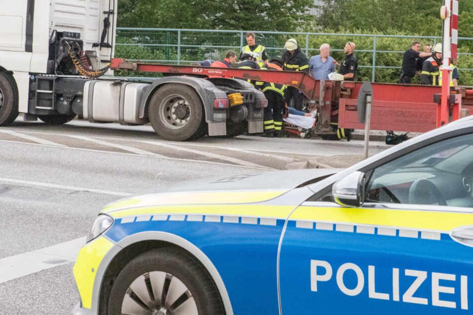 Die Rettungskräfte kümmern sich um die verletzte Radfahrerin.