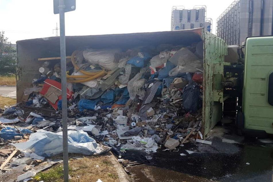 Ein mit Müll beladener Lastwagen ist verunglückt.