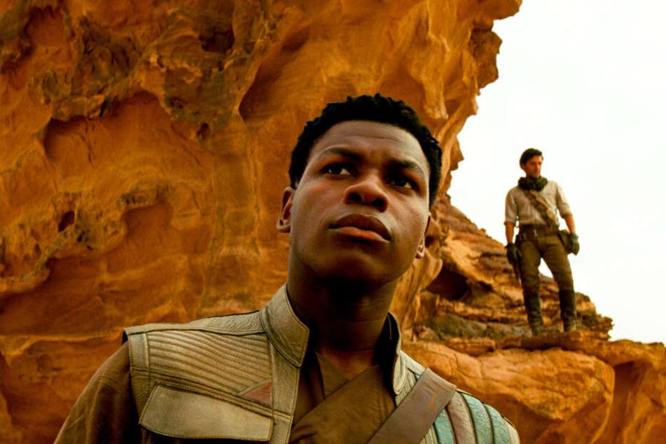 Finn (l., John Boyega) und Poe Dameron (Oscar Isaac) stehen Rey zur Seite.