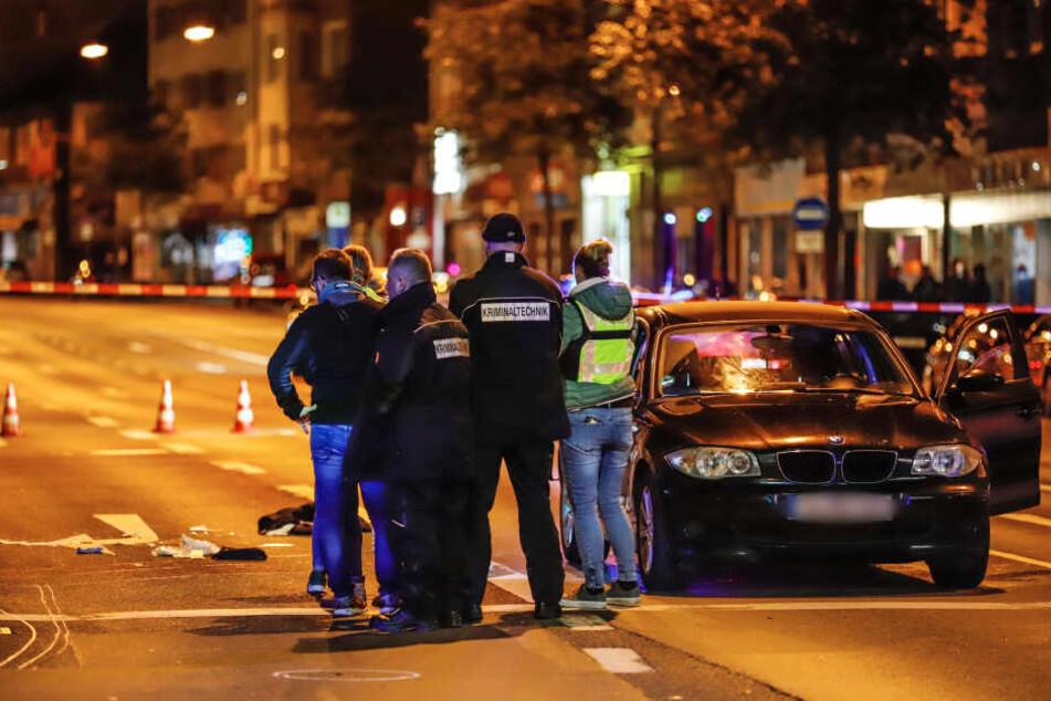 Polizeibeamte und Kriminaltechniker stehen am Tatort in Wuppertal.