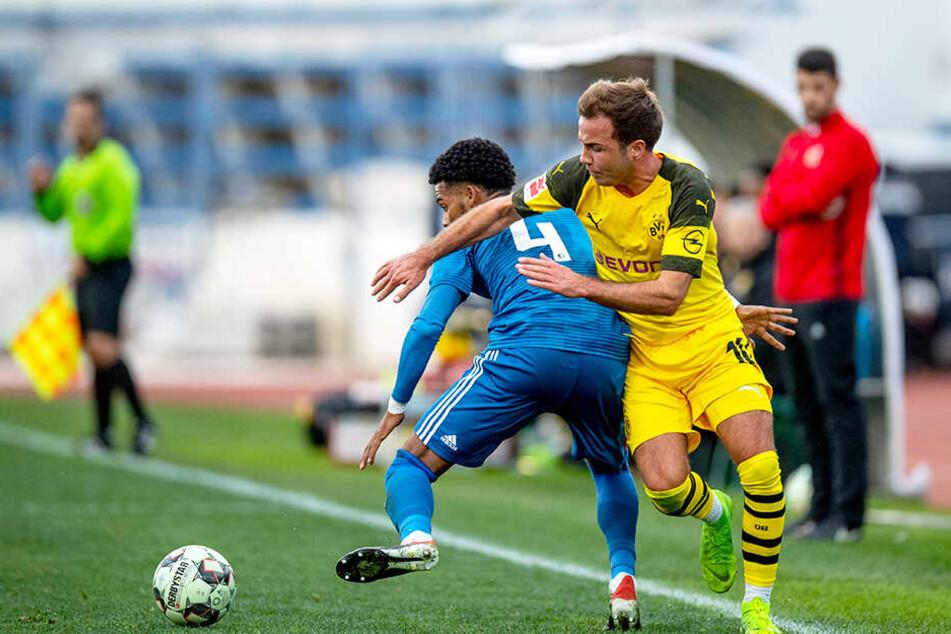 BVB-Star Mario Götze (r.) im Duell mit Feyenoords Jeremiah St. Juste (l.).
