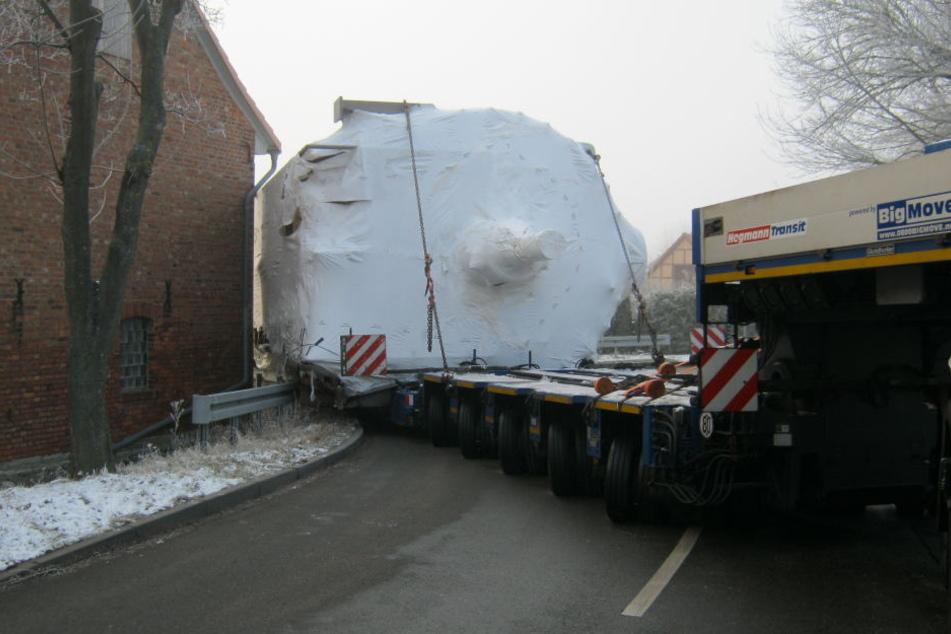 In einer Doppelkurve blieb die schwere Last hängen.