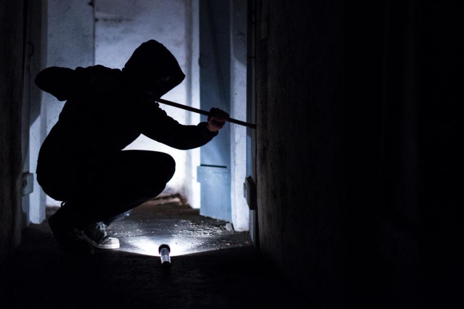 Der Einbrecher wollte über ein Fallrohr fliehen - dann stürzte er in die Tiefe. (Symbolbild)